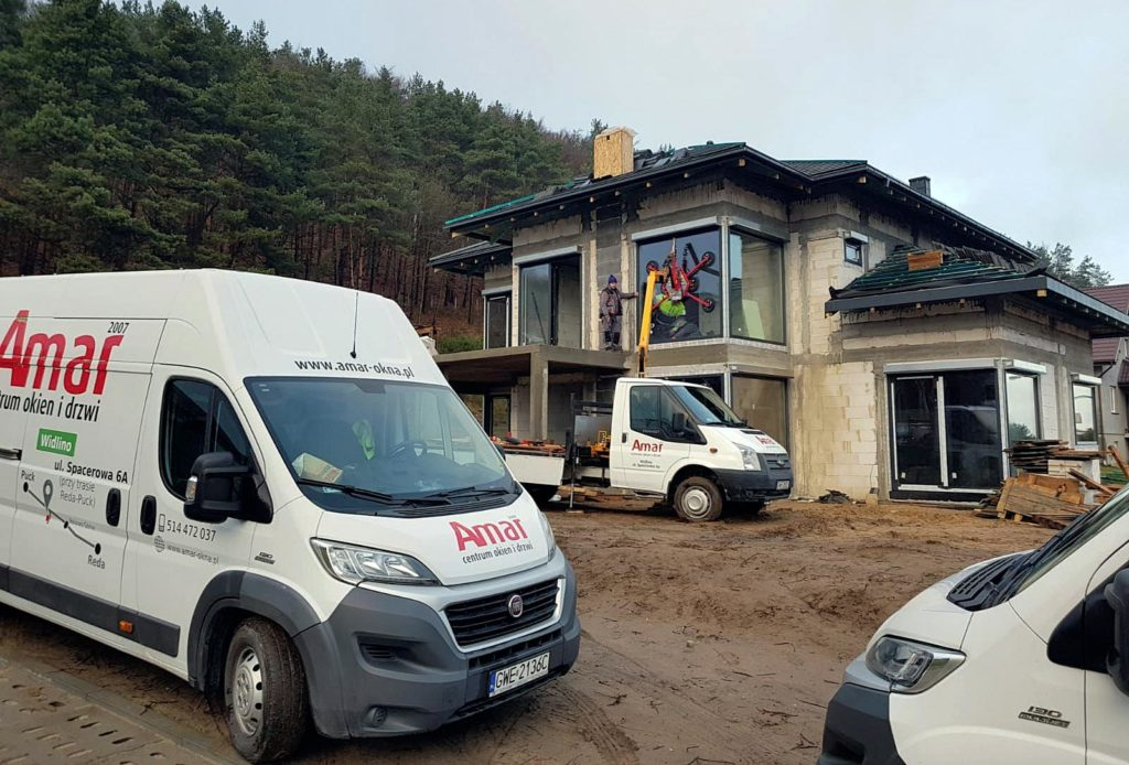 Zatrudnienie etatowych monterów, zaplecze narzędzi oraz flota samochodowa pozwalają nam zapewnić najwyższą jakość obsługi. Fot. AMAR, www.amar-okna.pl