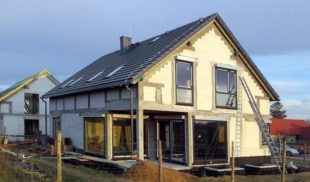 Dzięki kompleksowej ofercie jesteśmy w stanie wyposażyć budynek w okna, drzwi, bramy i osłony zewnętrzne. Fot. AMAR, www.amar-okna.pl