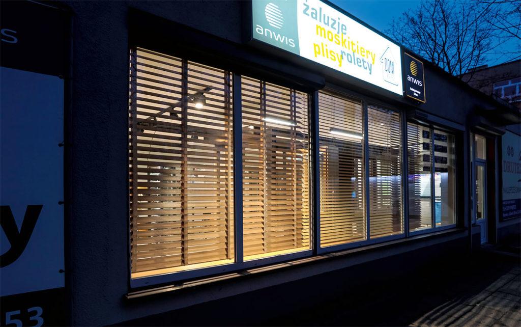 Duże witryny umożliwiają wyeksponowanie osłon okiennych. Podświetlany szyld jest widoczny z daleka